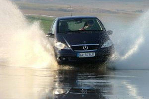 V momente aguaplaningu iba vytlačte spojku a čakajte. Hlavne nebrzdite a netočte zbytočne volantom.