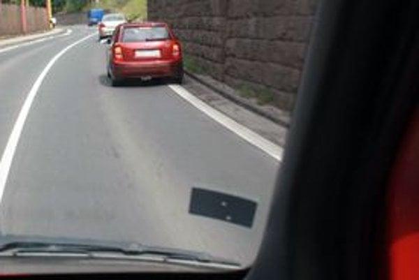 Pohľad z hasičského auta. Aj na úzkej ceste je veľa miesta ak vodiči spomalia, zapnú výstražné smerovky a v rámci možností sa posunú k okraju cesty.