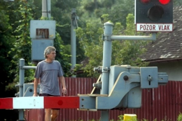 Železničiari a policajti chcú častejšie kontrolovať priecestia.
