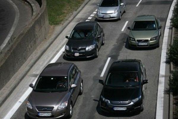 Testovacie autá jazdili v uliciach hlavného mesta v poriadnej horúčave a piatkovej premávke. Vodiči sa striedali a využívali zapnutú klimatizáciu.