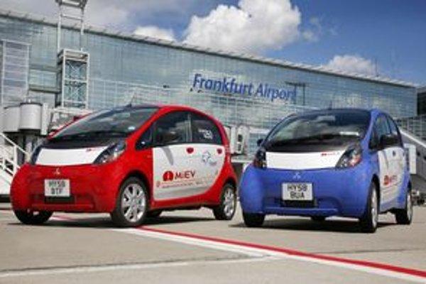 Mitsubishi dáva testovať malý elektromobil na všetky významné Európske trhy a do rôzneho prostredia. Najnovšie môžete i-MiEV videť na letisku Fraport.