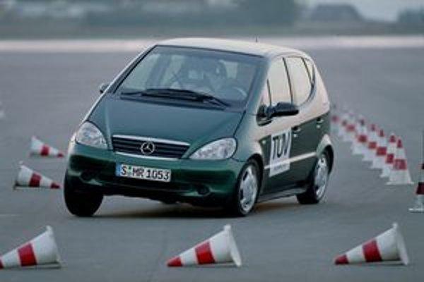 Mercedes triedy A sa preslávil nezvládnutým vyhýbacím manévrom, po ktorom sa prevrátil. Môžete ho napodobiť, ak neuberiete plyn, kde treba.
