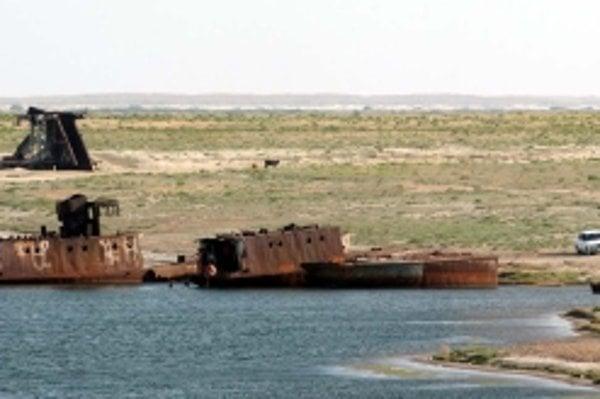 Staré zhrdzavené lode na pobreží jazera v blízkosti mesta Aralsk.