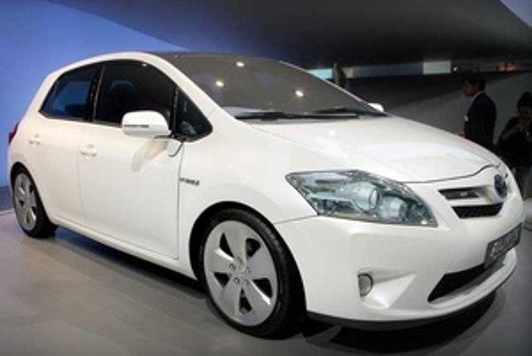 Toyota predbežne hovorí o kombinovanej spotrebe štyroch litrov benzínu na sto kilometrov jazdy a emisiách CO2 stlačených pod hranicu 100 g/km.
