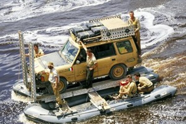 Discovery sa často spája s legendárnymi súťažami Camel Trophy, ktoré boli pre značku obrovskou reklamou. Niekde sa predávali špeciálne edície Camel Trophy.