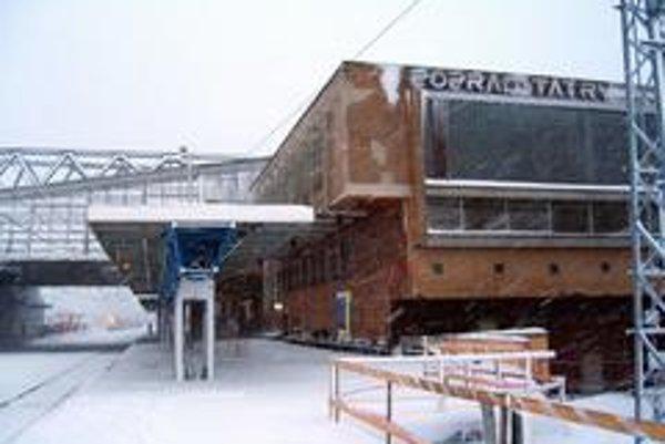 V Popradskom okrese vyhlásili vzhľadom na nepriaznivé počasie a kolabujúcu dopravu tretí stupeň kalamity. Na sn. popradská železničná stanica. Vlaky zatiaľ chodia, električky už nie.
