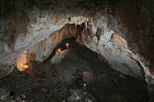 jaskyna-2-ludia-v-hlbke.jpg