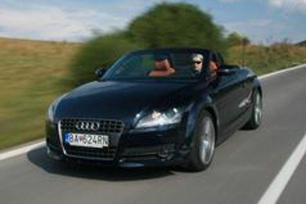 Výnimočnosť tohto roadstera nespočíva iba v otváracej streche, ale aj v jazdných vlastnostiach a štýle.