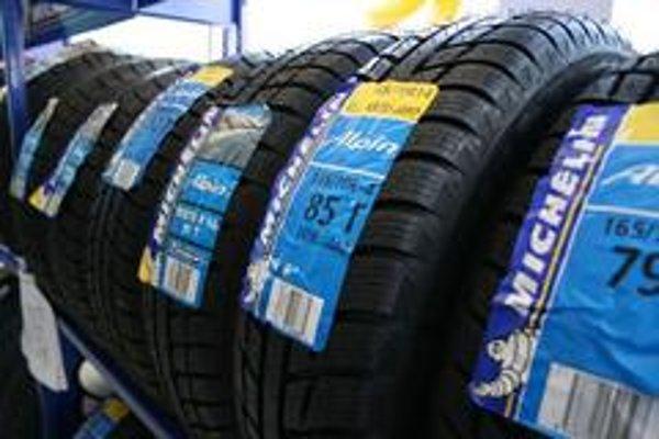 Výber zimných pneumatík je stále širší, ceny sa nezvyšujú. Na rýchle autá bude vhodný asymetrický dezén, na krátke trasy postačí lacnejšia pneumatika. Hlavne aby zmes obsahovala siliku a rozmer sedel s technickým preukazom.