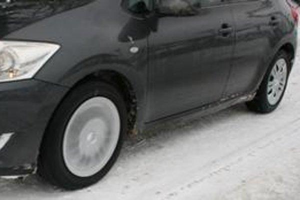 Správnym pohýnaním bez pretáčajúcich sa kolies získame správne návyky  bezpečnej jazdy v zime a kontrolu nad autom