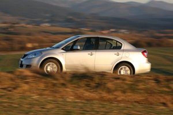 Prednosťou japonského sedanu je komfort jazdy aj na cestách horšej kvality. Z radu vyčnieva vybavením a úsporným benzínovým motorom.
