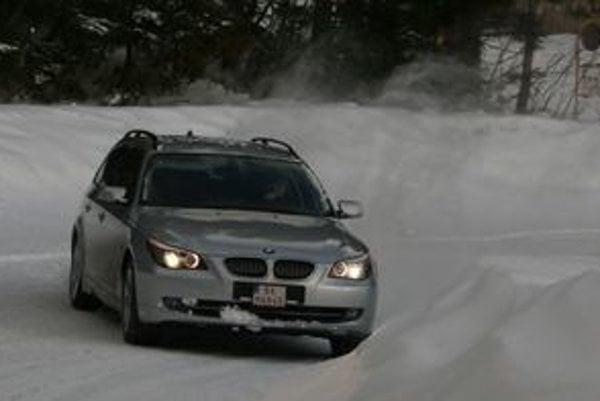 Slabší motor dokáže s pohonom všetkých kolies jazdiť svižne, športovo a najmä úspornejšie ako verzia 530xd.