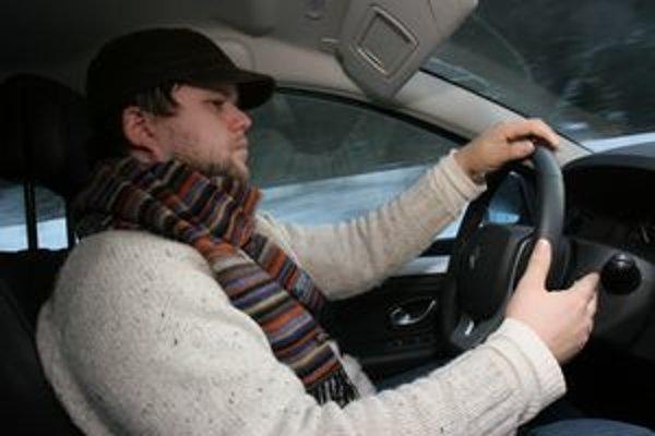 Vysoký krvný tlak a zvýšený pulz sú neviditeľní spolucestujúci, ktorých vodič nevníma. Starosti aj telefonovanie za volant nepatria.
