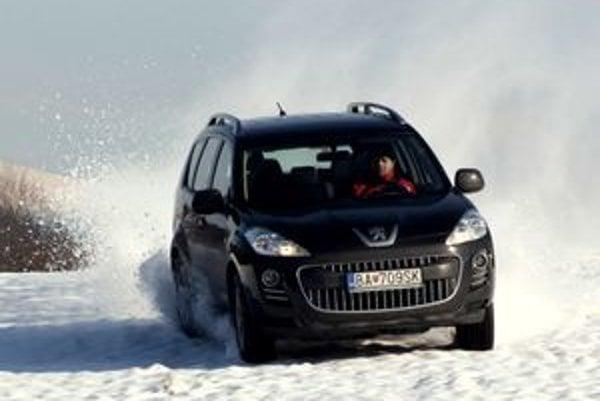 Dlhým hrabaním v snehu sa môže prehriať medzinápravová spojka, po vychladnutí opäť funguje. Peugeot má najlepšie predné sedadlá.