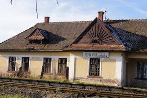 """""""Malá"""" železničná stanica, resp. zastávka v strede obce."""