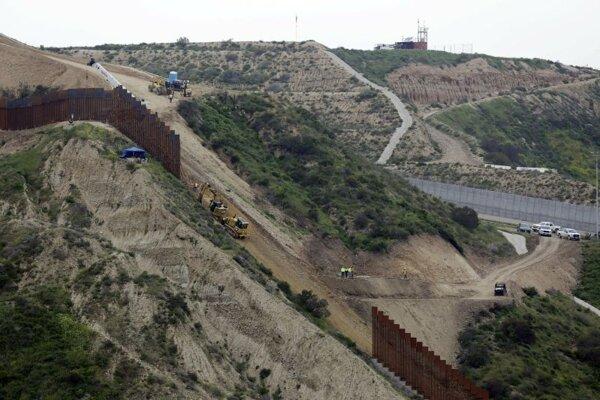 Hraničná bariéra na hraniciach medzi USA a Mexikom pri meste Tijuana.