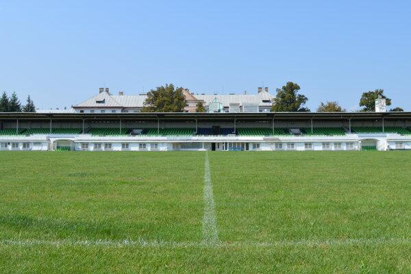 Investori musia rozhodnúť o povrchu trávnika nového futbalového štadióna.