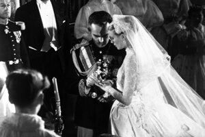 Americká herečka Grace Kelly sa v roku 1956 vydala za monacké knieža Rainiera III. Oblečené malá ohurujúce šaty od Helen Rose.