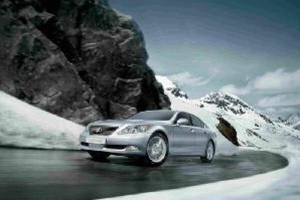 Nový Lexus 460 4WD  sleduje nový smer v luxusných limuzínach. Od jesene ponúkne pohon všetkých kolies.