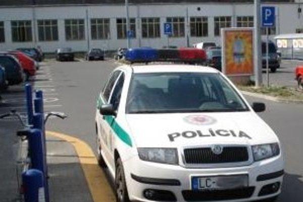 Jojo08 nám poslal fotografiu, ako odfotil takto zaparkované policajné auto.