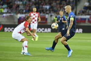 Marek Hamšík (vpravo) a Luka Modrič v zápase Slovensko - Chorvátsko v kvalifikácii na EURO 2020.