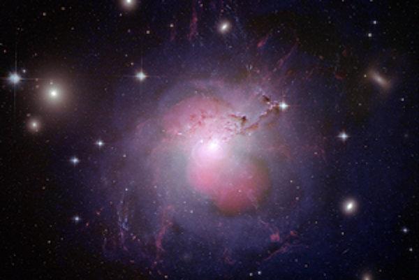 Obrázok galaxie NGC 1275 (Perseus-A), vzdialenej 235 miliónov svetelných rokov, vznikol kombináciou záberov z rôznych teleskopov v optickom, rádiovom a röntgenovom spektre. NGC 1275 je jednou z najbližších obrích eliptických galaxií. V jej strede je super