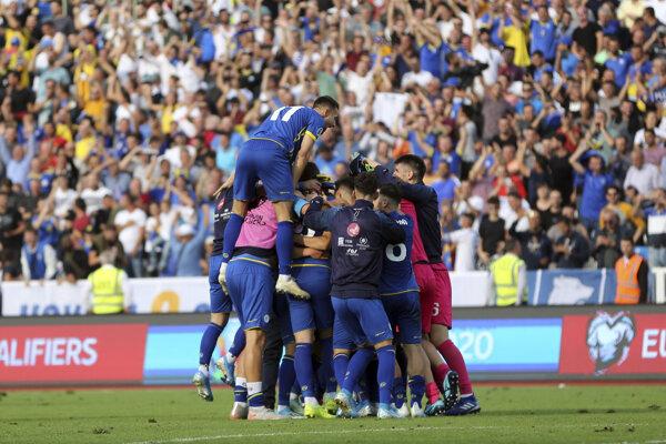 Radosť hráčov Kosova po výhre nad Českom v zápase A-skupiny kvalifikácie na EURO 2020.