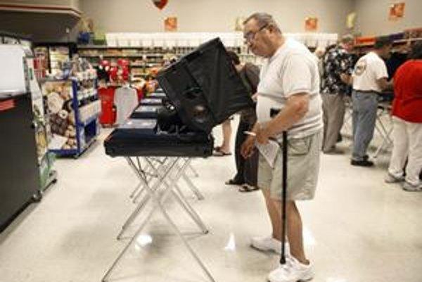 Okrem volebných miestností hlasujú Američania aj poštou.