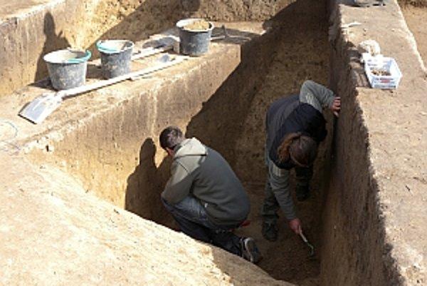 Archeológovia odkrývajú zvyšky osady zo staršej doby bronzovej v lokalite neďaleko obce Budmerice v okrese Pezinok.