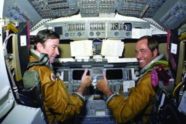 Posádka prvého raketoplánu. John Young a Robert Crippen patrili medzi najskúsenejších astronautov, a preto dostali za úlohu pilotovať prvý skúšobný let do vesmíru a naspäť. Štart sa uskutočnil 12. apríla 1981