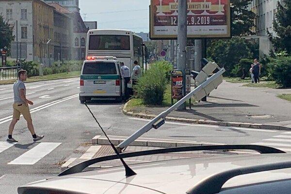 Náraz autobusu zlomil stojan semafora.