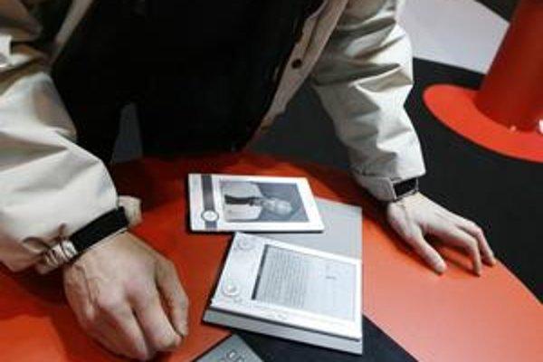 Čitateľ skúša čítačku, v ktorej sa dajú čítať elektronické knihy. Už tento rok by sa mali rozbehnúť aj u nás.