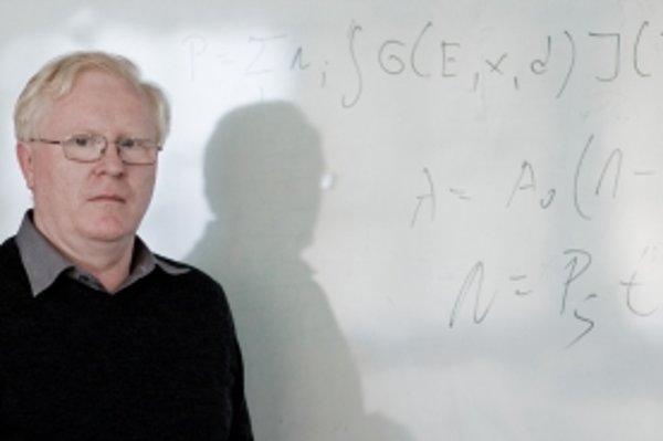 Prof. Jozef Masarik (1959) vyštudoval odbor jadrová fyzika na MFF UK v Bratislave, kde pracuje od roku 1983. V deväťdesiatych rokoch bol na dlhodobých pobytoch v Los Alamos National Laboratory v USA, na Max-Planck-Institut fuer Chemie v nemeckom Mainzi či