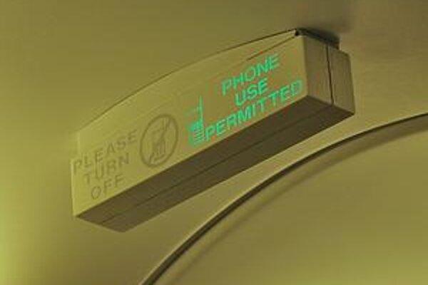 Svetelný panel, ktorý v lietadlách spoločnosti Ryanair oznamoval, či sa na palube môžu alebo nemôžu používať mobilné telefóny.