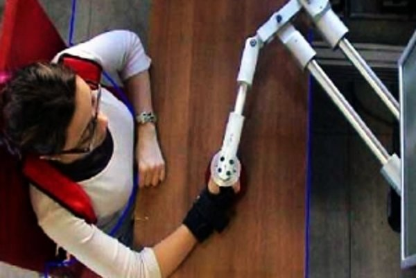 Na snímke ukážka činnosti nového robota-fyzioterapeuta.