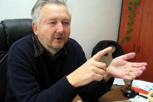 Michal Kravčík, (1956) vyštudoval odbor vodné stavby a vodné hospodárstvo na SVŠT v Bratislave. Pracoval na Ústave hydrológie a hydrauliky a Ústave ekológie Slovenskej akadémie vied. Je zakladateľom mimovládnej organizácie Ľudia a voda, nositeľom viacerýc