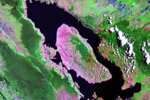 Toba s jazerom na satelitnej snímke.