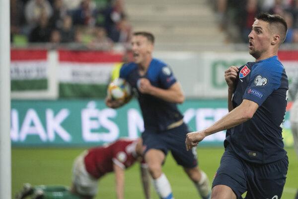 Róbert Mak (vpravo) oslavuje svoj úvodný gól v zápase kvalifikácie EURO 2020 Maďarsko – Slovensko.