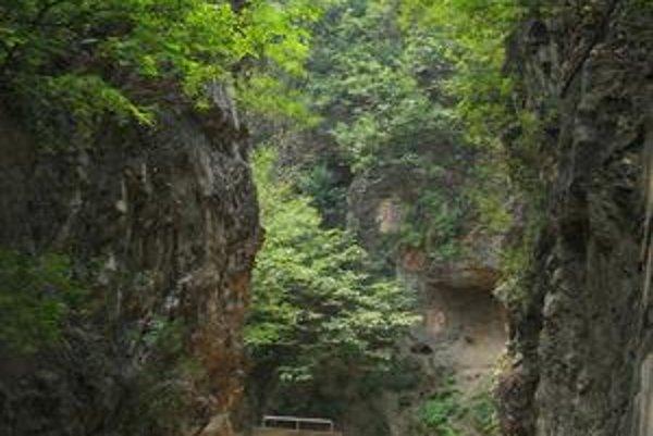 Náučný chodník vo svetoznámom nálezisku fosílií a kamenných nástrojov človeka vzpriamenéhov Čou-kou-tiene pri Pekingu.