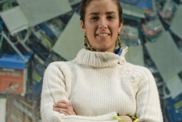 Členkou spolupráce CDF je aj Barbara Alvarezová-Gonzalesová, doktorandka z Oviedskej univerzity (Španielsko). O nových výsledkoch pátrania po Higgsovej častici detektorom CDF, pred ktorým stojí, hovorí v prvom z dvoch nižšie uvedených krátkych videí.