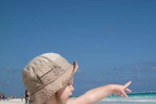 Deti začínajú gestikulovať približne vo veku desiatich mesiacov, ako toto, ktorého prštek upozorňuje na morské vlny.