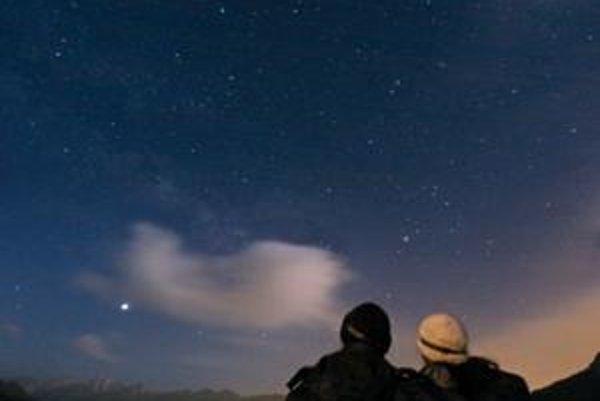 Dvojica pozorovateľov sa teší z výhľadu na nočnú oblohu, ktorému neprekáža umelé osvetlenie.