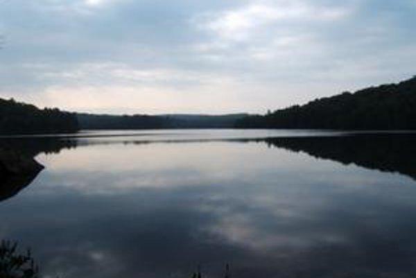 Typické lesné jazero mierneho pásma na severnej pologuli v ontarijskej oblasti Muskoka-Haliburton.