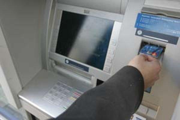 PIN bankovej karty zadávaný v bankomate môžu podvodníci nasnímať mikrokamerou.