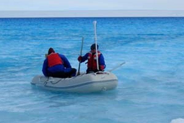 Ian Howat a Twila Moonová z Washingtonskej univerzity sondujú z člna dno jazera