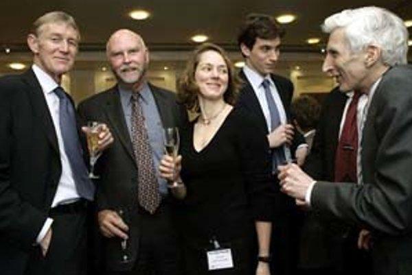 Olivia Judsonová. Vľavo genetik Craig Venter, pozerá sa na astrofyzika a kozmológa Martina Reesa.
