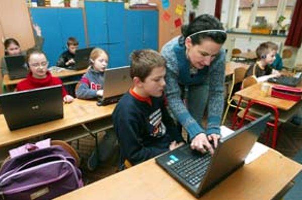 Na dvoch slovenských učiteľov pripadne jeden prenosný počítač, plánuje ministerstvo.