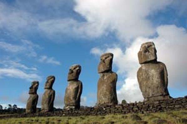 Moai na ahu Akivi, ktoré súperiaci ostrovania najskôr zvalili, a potom opäť postavili.
