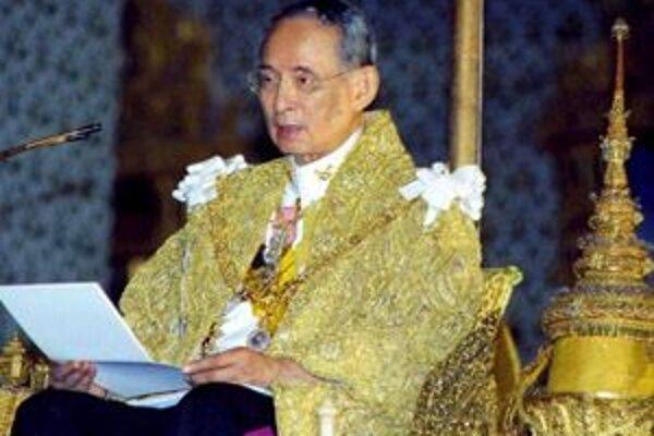 Thajský kráľ Pchúmipchón Adundét na oslave svojich 79.narodenín v Bangkoku. Kráľ vládne už 60 rokov a je tak najdlhšie vládnucim monarchom na svete.