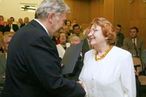 Elena Várossová pri preberaní ocenenia z rúk predsedu SAV Štefana Lubyho pri príležitosti jej osemdesiatin.